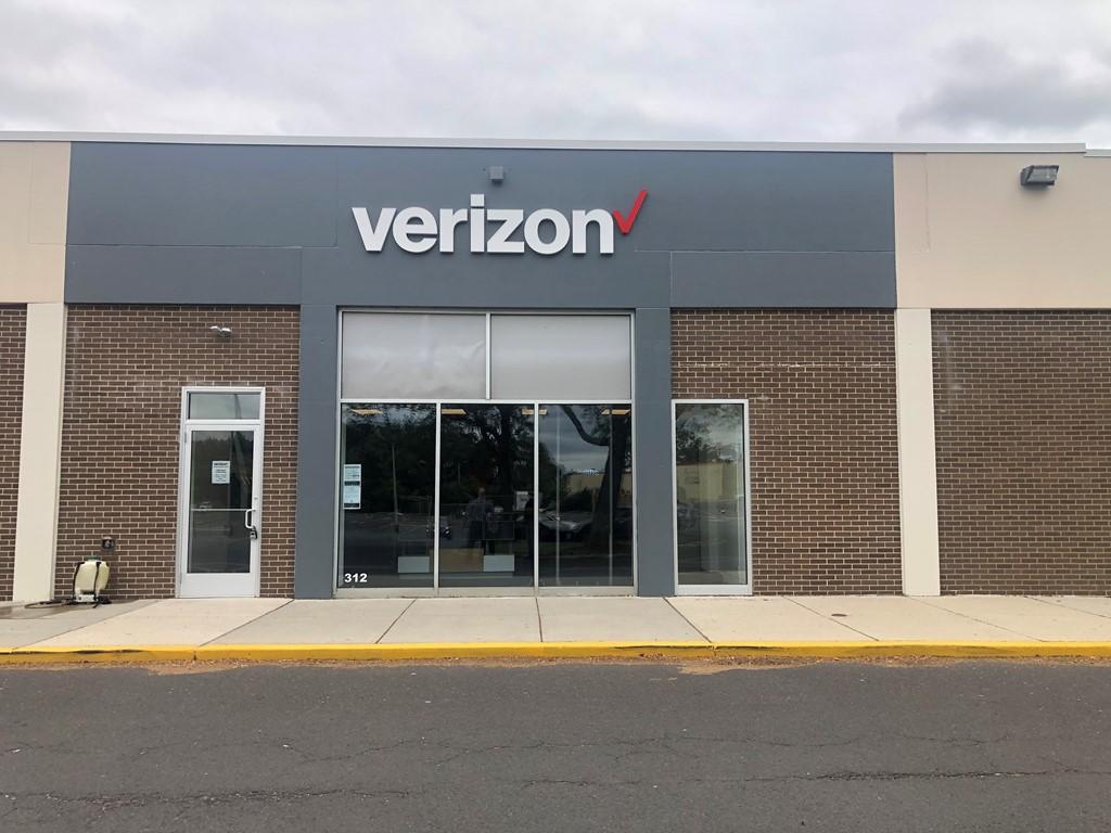 Verizon Authorized Retailer – Neshaminy Mall Store Image